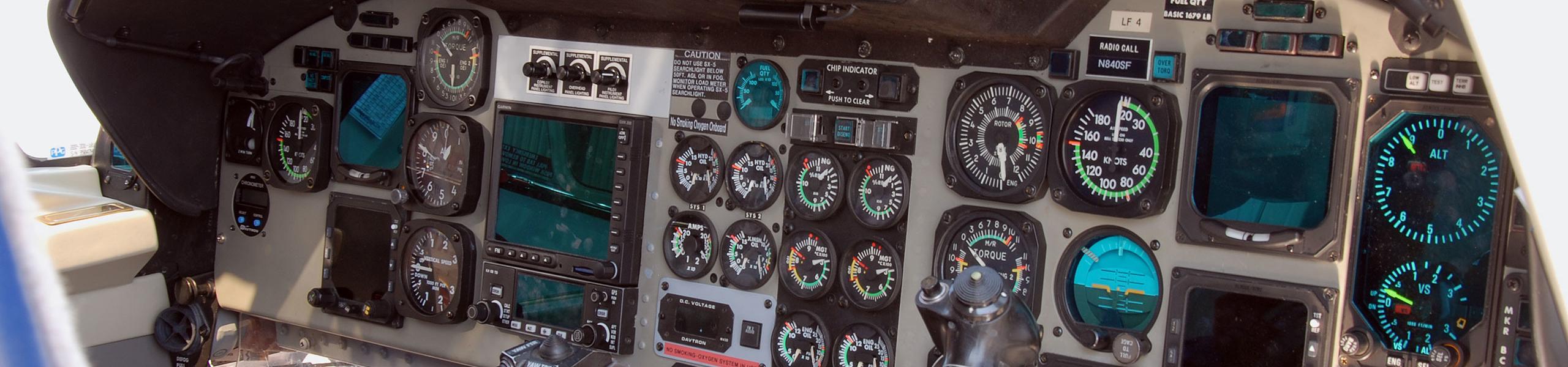 Cockpit i helikopter med mätare och kablage